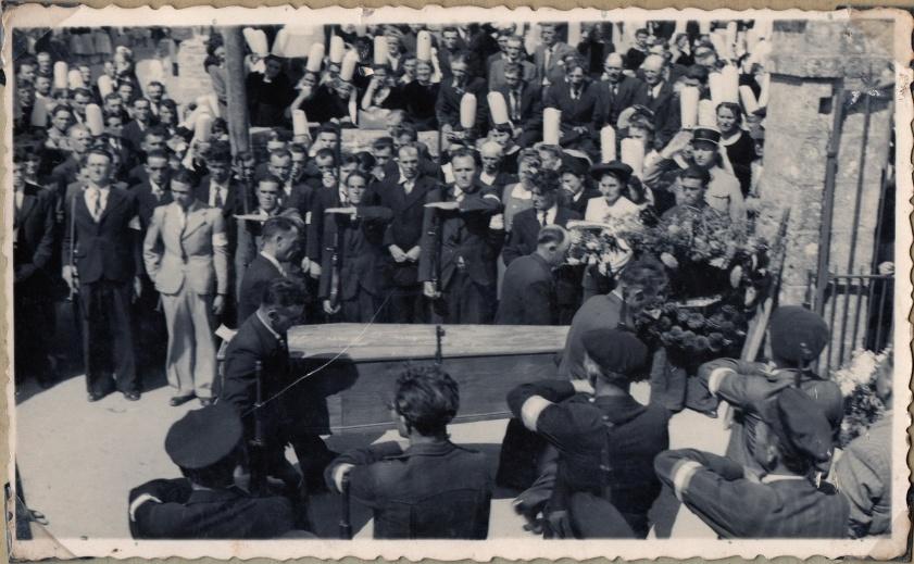 les résistants présentent les armes à  leur camarade Lucien, fusillé à La Torche,  lors de la sortie de l'église de Plobannalec