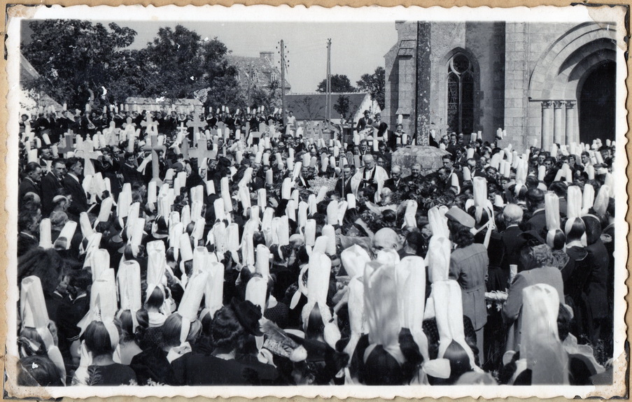 Plobannalec, la foule devant l'église